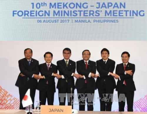 Foreign Minister Pham Binh Minh (first right) and delegates participate the meeting