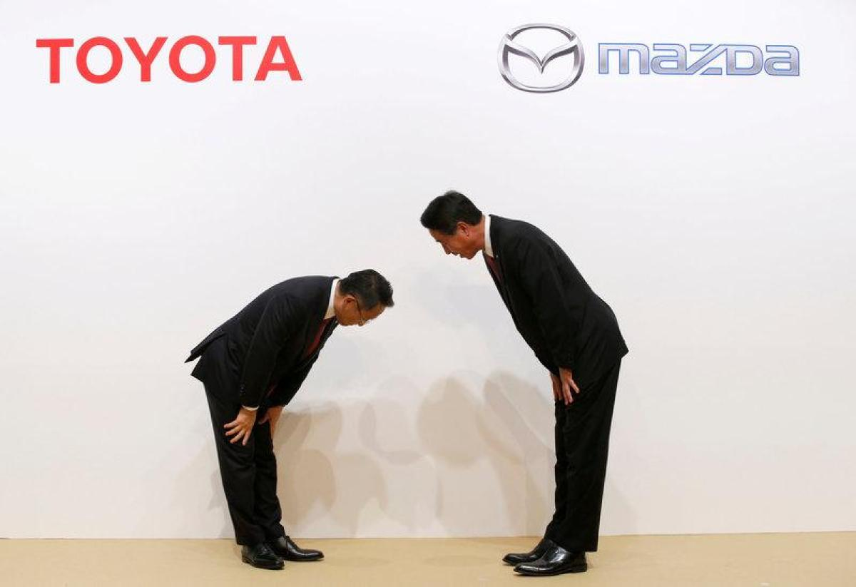 Toyota Motor President Akio Toyoda and Mazda Motor President Masamichi Kogai bow at a joint news conference in Tokyo, Japan August 4, 2017. Photo by Kim Kyung-Hoon